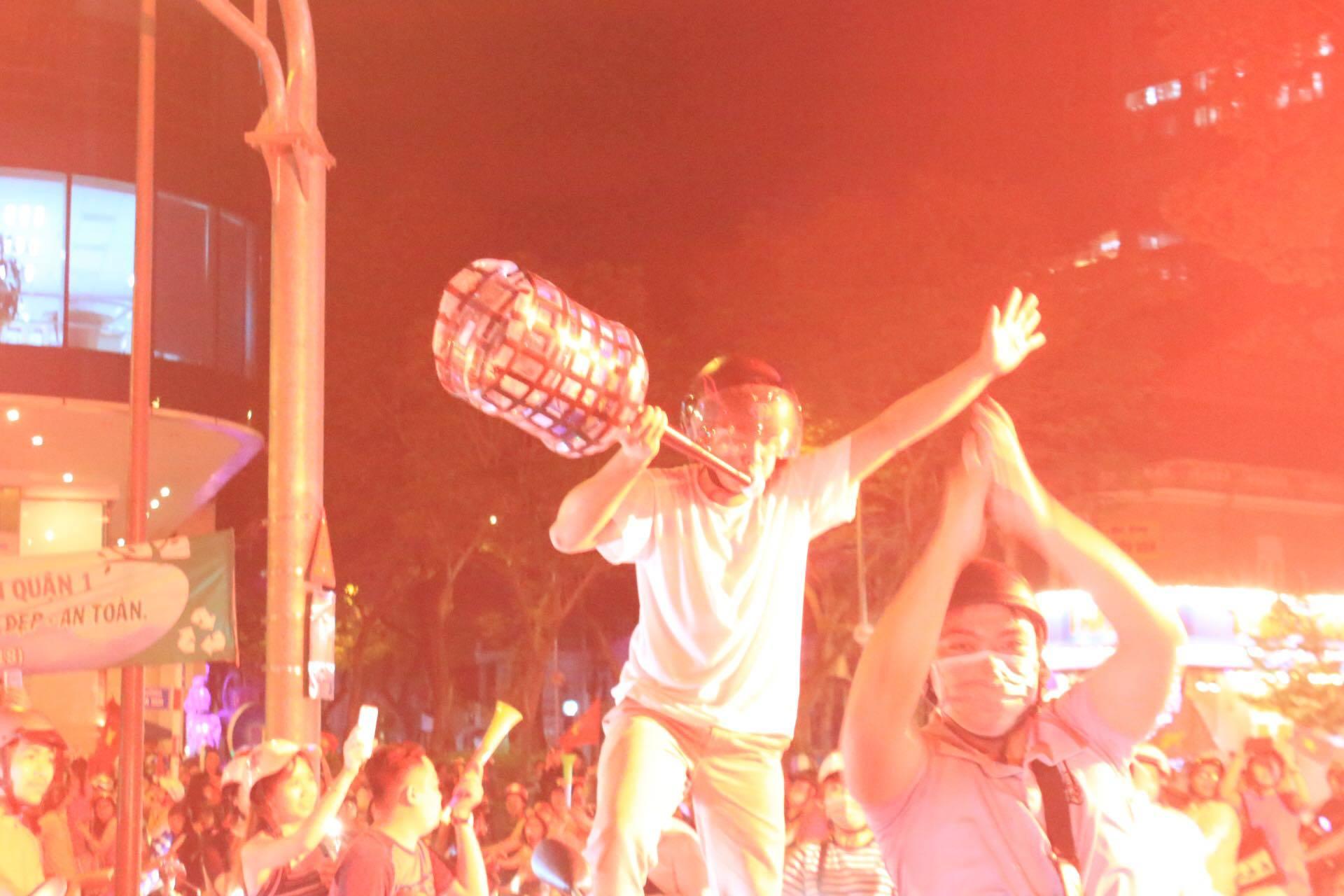 Người đàn ông này dùng can nhựa tự chế chiếc còi cổ vũ, cùng bạn bè xuống phố reo hò trước chiến thắng rực rỡ của các cầu thủ.