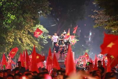 Việt Nam thẳng tiến chung kết AFF Cup: Khắp nơi sướng ran tưng bừng mở hội