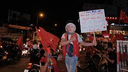 Cuồng nhiệt, lạ lùng như người Việt xem bóng đá