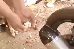 Tuyệt đỉnh công phu, tạo bắp rang bơ bằng pô xe máy
