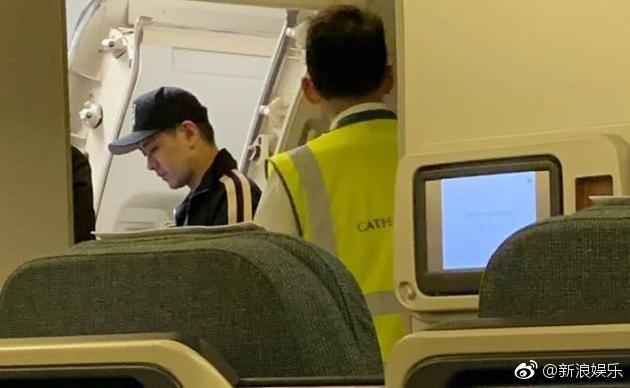 Lâm Chí Dĩnh dùng 'đặc quyền ngôi sao' khiến máy bay cất cánh trễ 30 phút