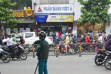 2 thanh niên dùng súng cướp ngân hàng ở Sài Gòn