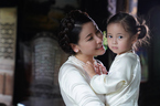 Hà Kiều Anh cùng con gái lên sàn thời trang