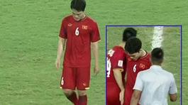 Trong khi các cầu thủ ăn mừng chiến thắng, có một người lặng lẽ cúi đầu bước đi