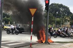 Đang chạy giữa phố, Honda Air Blade bỗng cháy trơ khung