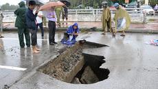 Sau cơn mưa dữ xuyên đêm: 'Hố tử thần' sâu hoắm giữa thành Vinh