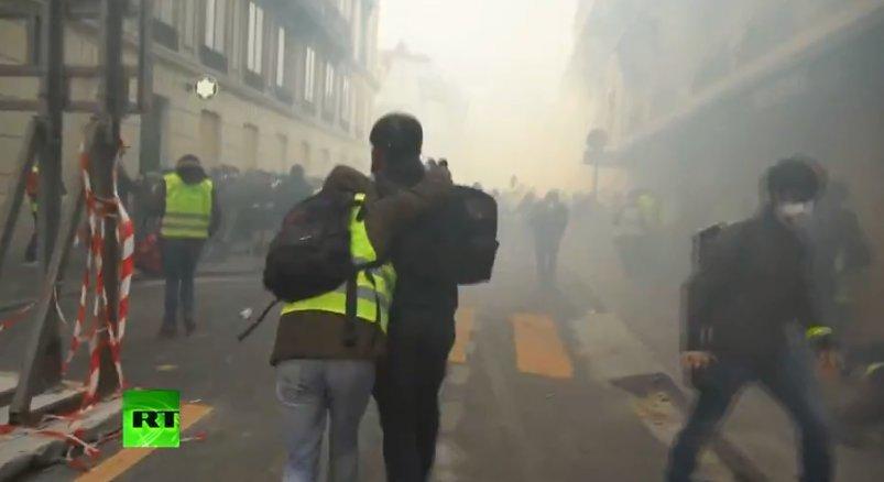 Pháp triển khai xe bọc thép, xịt hơi cay để trấn áp người biểu tình