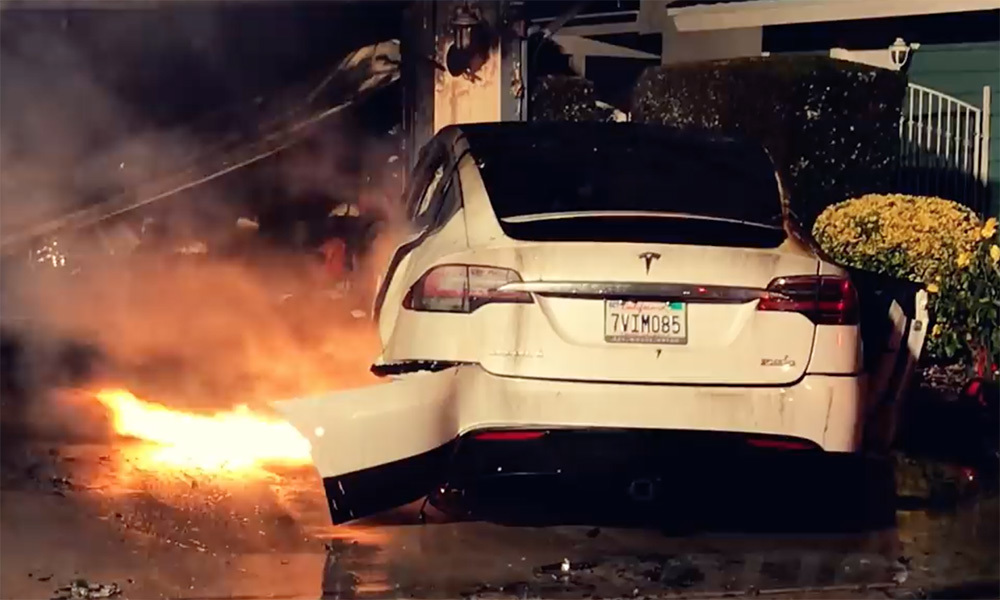 Một khi xe điện Tesla cháy thì không gì có thể dập tắt