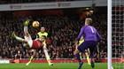 """Tuyệt phẩm """"ngả bàn đèn"""" giúp Arsenal bám đuổi top 4"""
