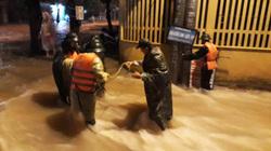 Quảng Trị: Lũ ập về cuốn trôi 2 mẹ con, xuyên đêm cứu người mắc kẹt
