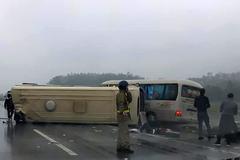 Xe khách tông nhau kinh hoàng trên cao tốc Nội Bài - Lào Cai