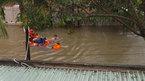 Đà Nẵng: Giải cứu 4 cô gái kẹt ở ngôi nhà chìm trong nước lụt