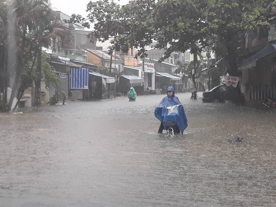 Quảng Nam mưa như thác đổ, không thấy đâu là đường đâu là bờ