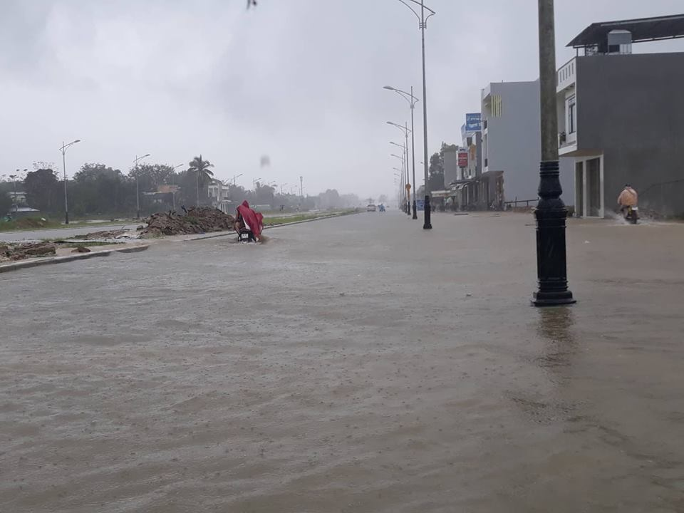 Quảng Nam mưa như thác đổ: 1 người bị nước cuốn mất tích