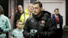 """Barca """"đột kích"""" lấy Harry Kane, Arsenal tống cổ Ozil"""