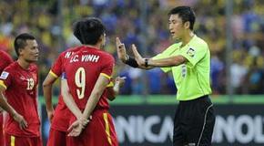 Tuyển Việt Nam đấu Malaysia: Người Mã đá rắn, 'mượn' oai trọng tài?