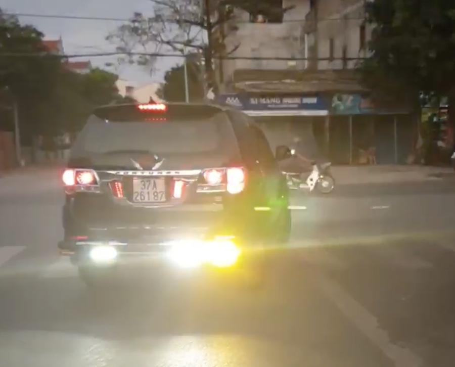 Bức xúc chiếc Toyota Fortuner độ đèn sáng chói cả đầu lẫn đuôi