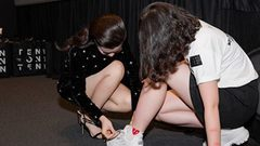 Đông Nhi cúi xuống buộc giày cho fan nữ