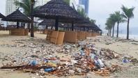 Rác ngập ngụa bãi biển đẹp nhất hành tinh sau trận mưa cực to