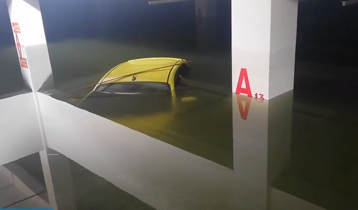 Xế hộp chìm nghỉm trong hầm, điều xe chuyên dụng âm thầm cứu nhanh