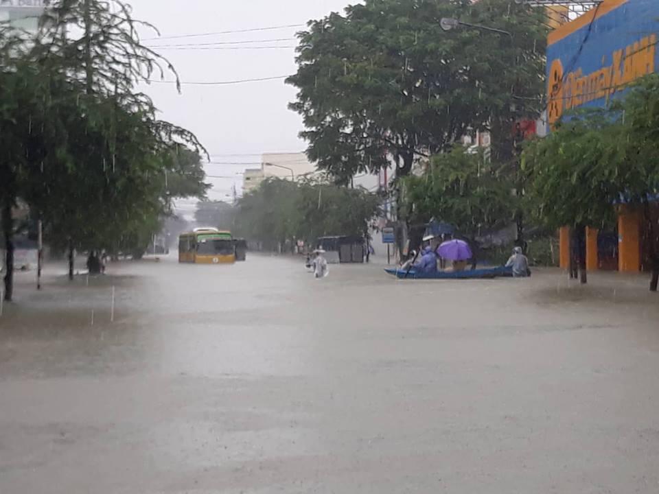 Toàn cảnh Ngập lụt Quảng Nam: Người dân bơi đi lánh nạn