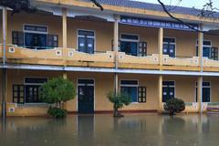 """Nước lũ """"chiếm trường"""", hàng nghìn học sinh Thừa Thiên - Huế nghỉ học"""