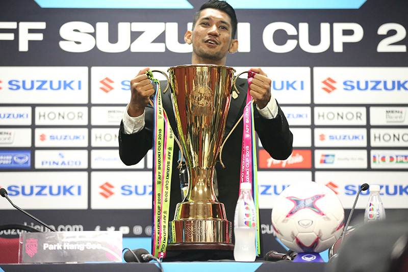 Ngó lơ đối thủ, thầy Park liên tục liếc cúp vàng AFF Cup