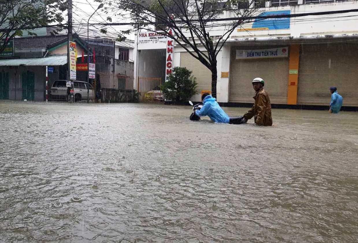 Dự báo thời tiết 11/12: Miền Trung vẫn mưa to, miền Bắc rét đậm