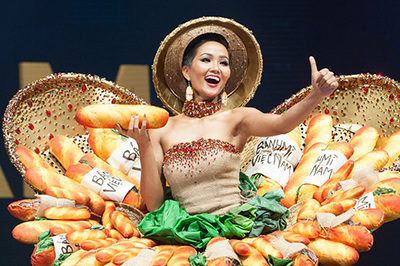 H'Hen Niê rạng rỡ diễn trang phục bánh mì ở Hoa hậu Hoàn vũ 2018