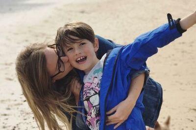 Cậu bé 8 tuổi lái ôtô 100km/h đưa mẹ bất tỉnh đến nơi an toàn