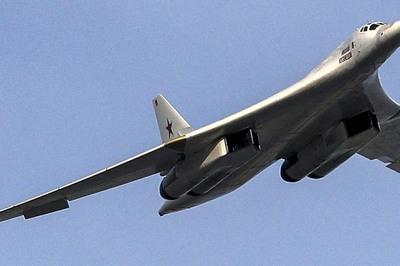 Chiến cơ 'khủng' nhất thế giới của Nga bị tiêm kích bám đuôi