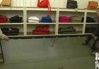 Đi mua sắm cùng cả nhà, bé 6 tuổi bị gương đè chết