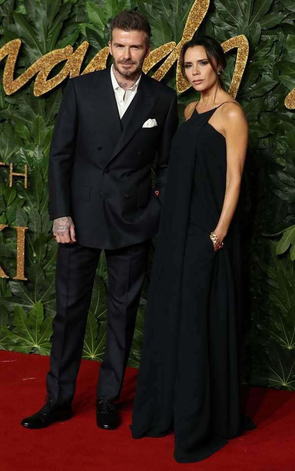 Vợ chồng David Beckham nắm tay không rời trên thảm đỏ sau tin đồn rạn nứt