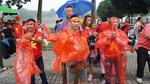 Việt Nam vs Malaysia: CĐV đội mưa vào sân Bukit Jalil