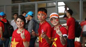 CĐV Việt Nam đội mưa trắng trời, kéo tới Bukit Jalil