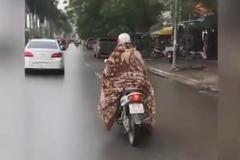 Nữ 'ninja' quấn chăn bông kín mít ra đường: Chuyện lạ Hà Nội hôm nay