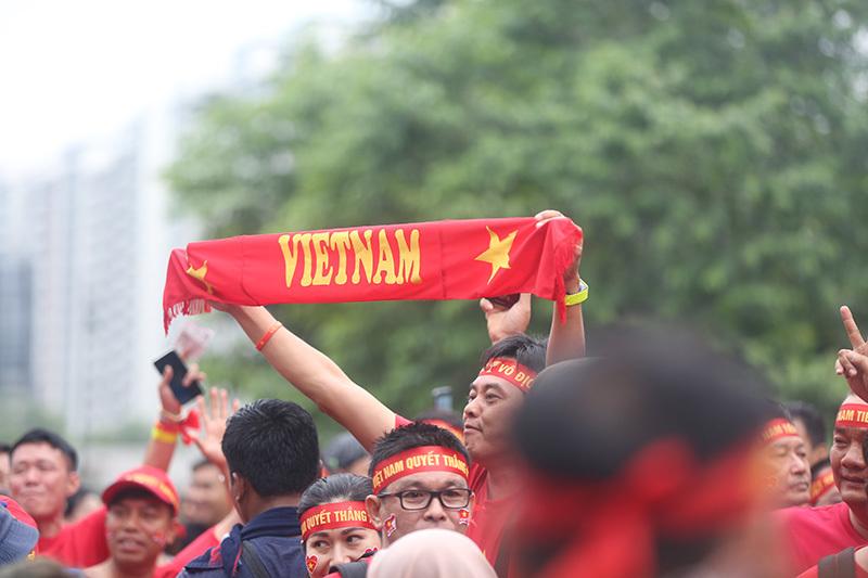 Bóng hồng Việt khoe sắc, hâm nóng chảo lửa Bukit Jalin