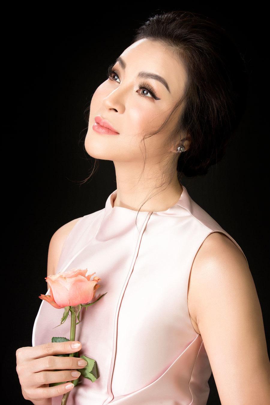 MC Thanh Mai diện mốt xẻ ngực gợi cảm