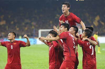 Chiếu chậm khoảnh khắc Huy Hùng xé lưới Malaysia