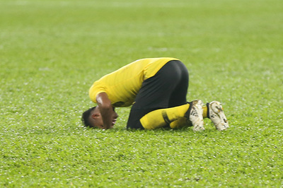 Bị Việt Nam cầm hoà, cầu thủ Malaysia đổ gục xuống sân
