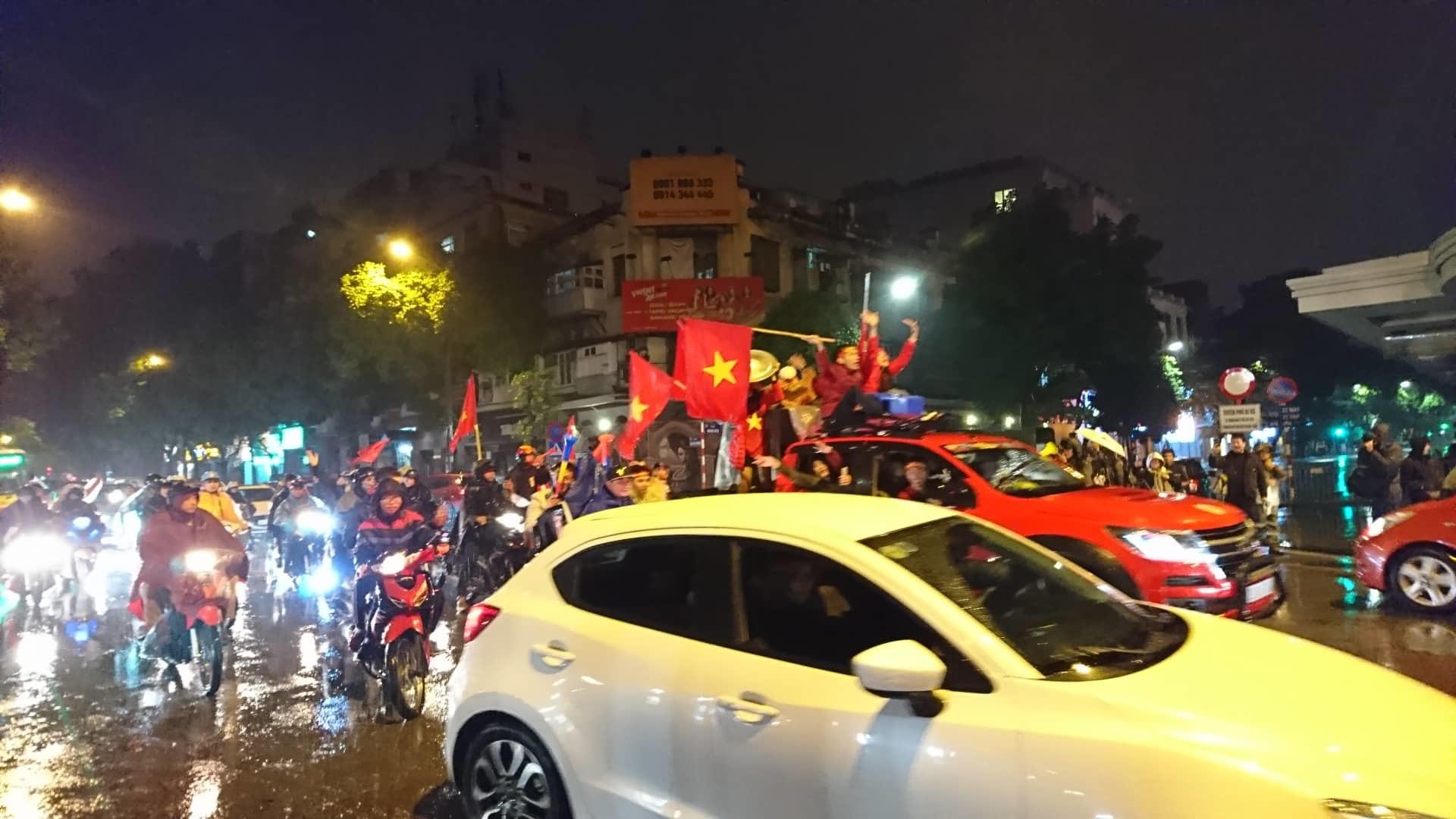VN để Malaysia gỡ hòa: Bóng người hâm mộ nhạt nhòa đêm mưa