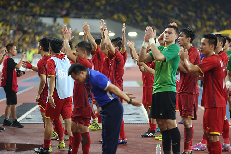 Để thủng lưới 2 bàn, Đặng Văn Lâm cúi đầu xin lỗi CĐV Việt Nam
