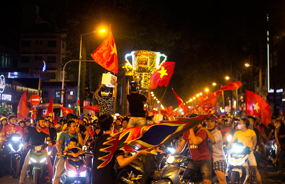 Tranh thủ như người Việt, xuống phố ăn mừng vẫn không quên điều này