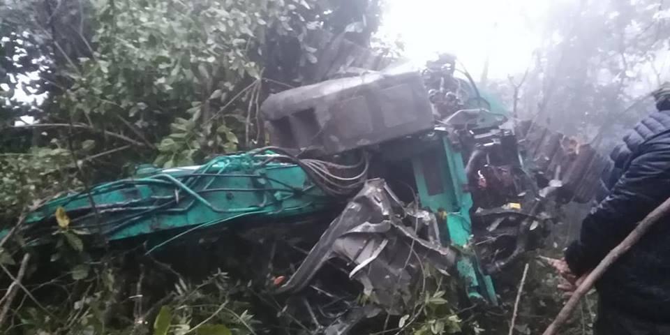 Xe tải'cõng' máy xúc lao vực sâu, tài xế chết tại chỗ