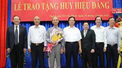 Trao huy hiệu 55 năm tuổi Đảng cho ông Võ Viết Thanh