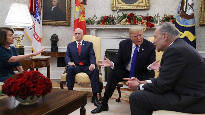 Dân mạng sôi sục vì hành động 'lạ' của Phó tổng thống Mỹ