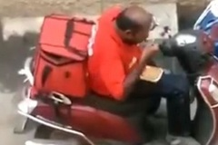 Bắt quả tang người chuyển hàng ăn vụng đồ của khách