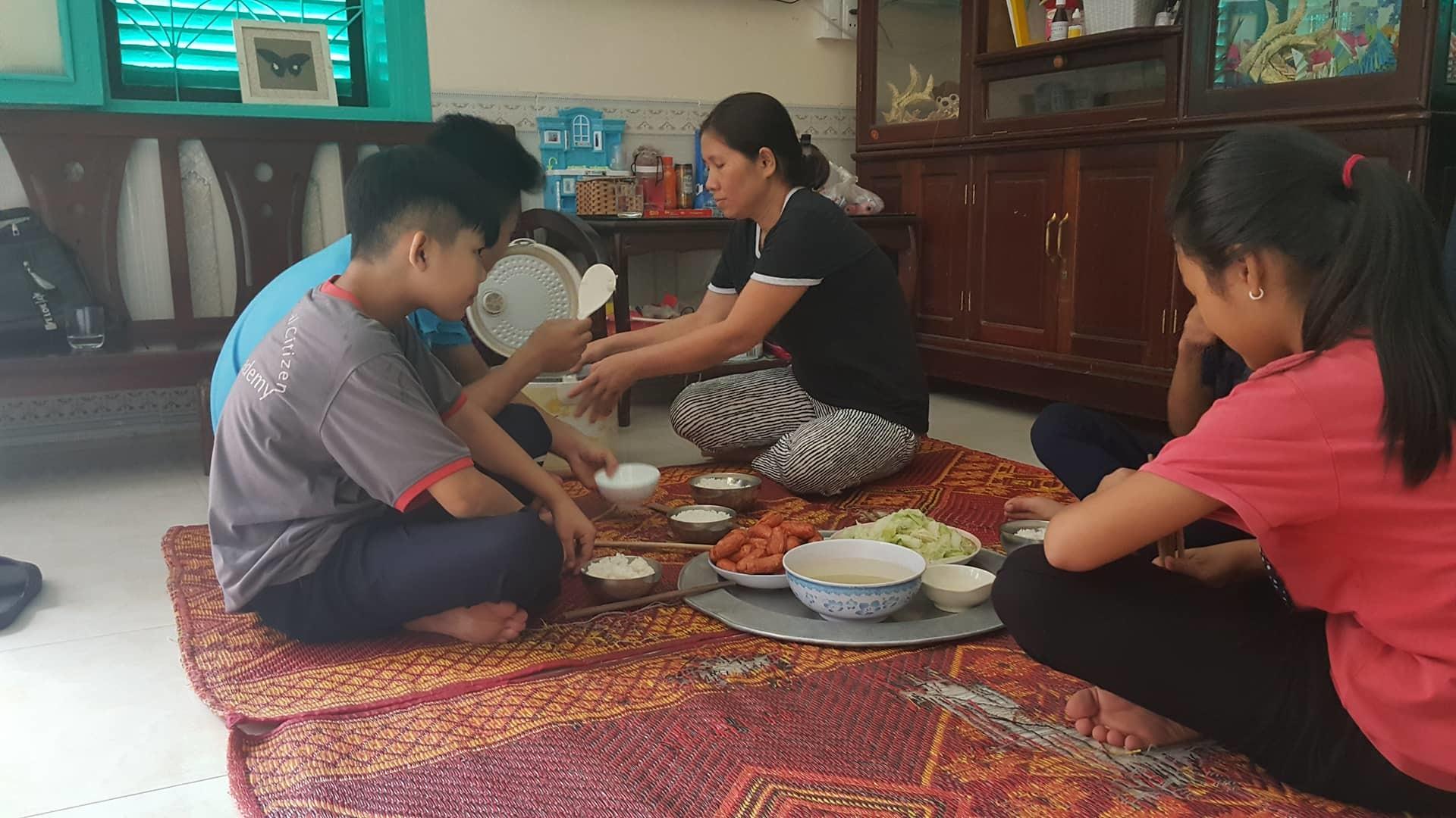 Người mẹ đơn thân nuôi 7 con trong căn nhà đặc biệt giữa lòng Hà Nội
