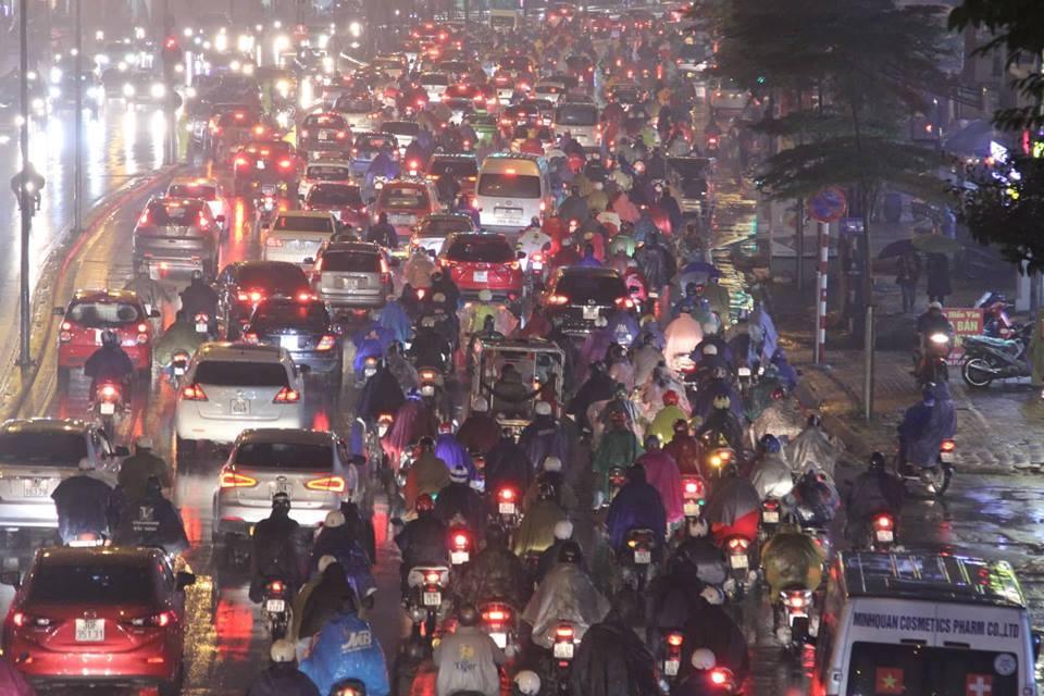 Dòng xe vô tận tê liệt trong mưa rét tầm tã khắp ngả Hà thành