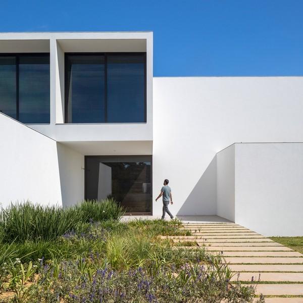 Độc đáo dinh thự trắng gần 1.000 m2 giữa thủ đô